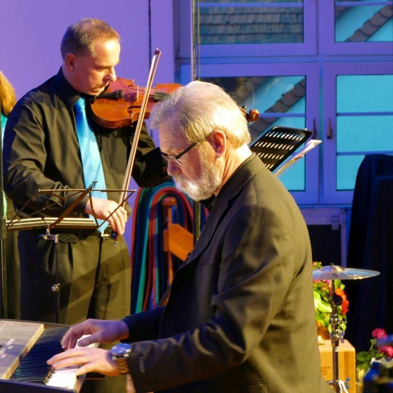 08-Dirigent-mit-Geigensolist